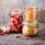 fermentiertes Gemüse, Kimchi in Glasgläsern, marinierte Konserven, natürliche Probiotika