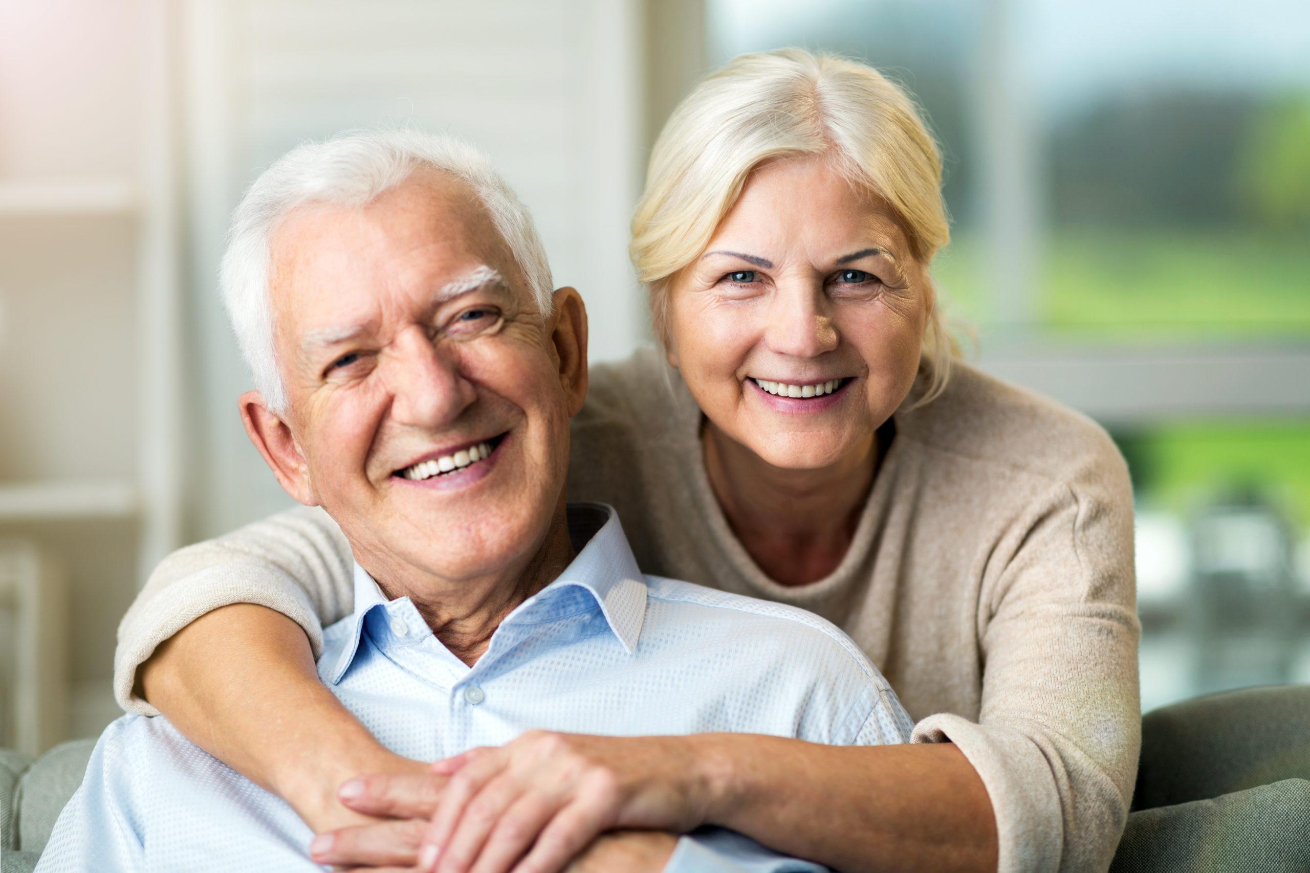 Alterungsprozess und Mikrobiom: Glückliches Seniorenpaar zuhause