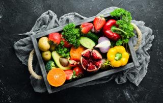 Eine volle Kiste voller frischen Obst und Gemüse