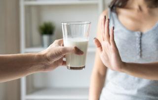 Eine Frau sagt nein zu einem Glas Milch