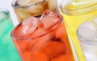Verschieden farbige Gläser Limo